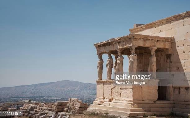 athens, acropolis, the erechtheion temple. - diosa atenea fotografías e imágenes de stock