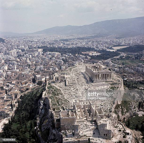 Athens During Official Visit Of General Charles De Gaulle In Greece En Grèce à Athènes vue aérienne du site de l'Acropole avec le temple du Parthénon...