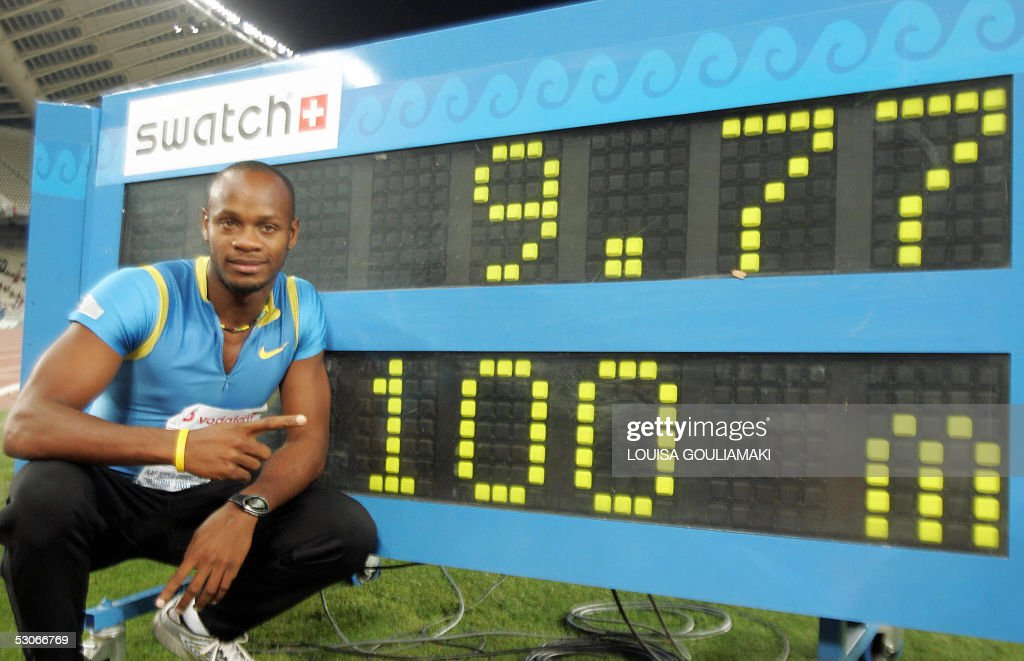 Asafa Powell (C) of Jamaica shows the scoreboard with his world record of 9.77 sec in men's 100m during the Athens Super Grand Prix Tsiklitira 2005, at the Olympic Stadium in Athens, 14 June 2005. AFP PHOTO/Louisa Gouliamaki
