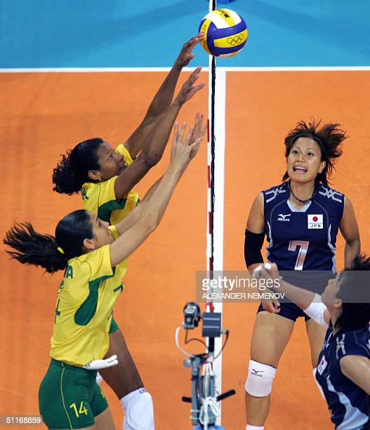 Brazilians Valeska Menezes and Fernanda Venturini block the shot by Japanese Yoshie Takeshita and Ai Otomi in Athens 14 August 2004 during their...