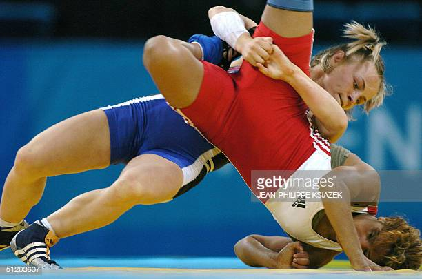 Greece's Fani Psatha wrestles with Fadhila Louati of Tunisia in their elimination Pool C Freestyle 48kg wrestling match 22 August 2004 in Ano Liossia...