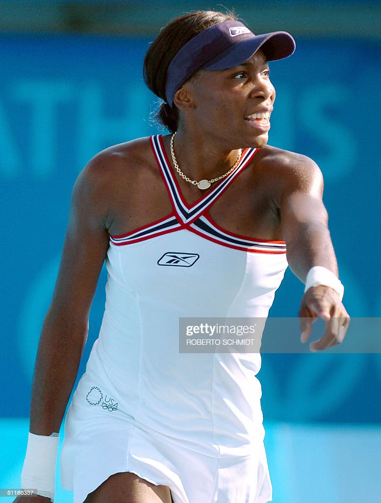 Venus Williams of the US argues about a : News Photo
