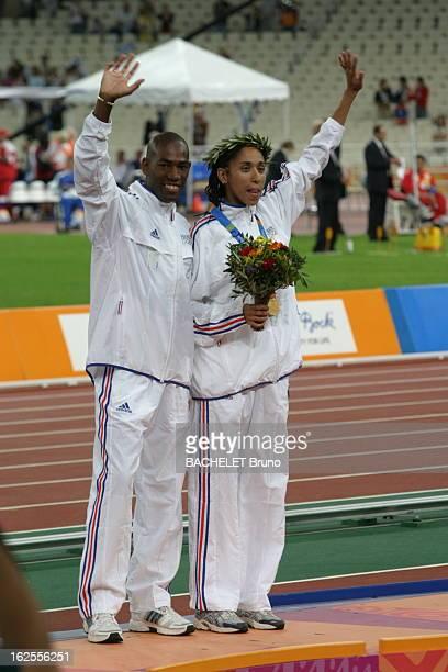 Athens Paralympics Games 2004 JO Paralympiques Assia El HANNOUNI aveugle pose avec son guide au stade d'Athènes Elle donné à la France deux médailes...
