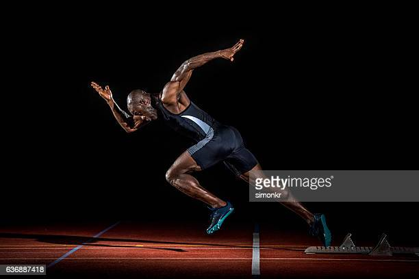 athlete at starting line - atleta imagens e fotografias de stock