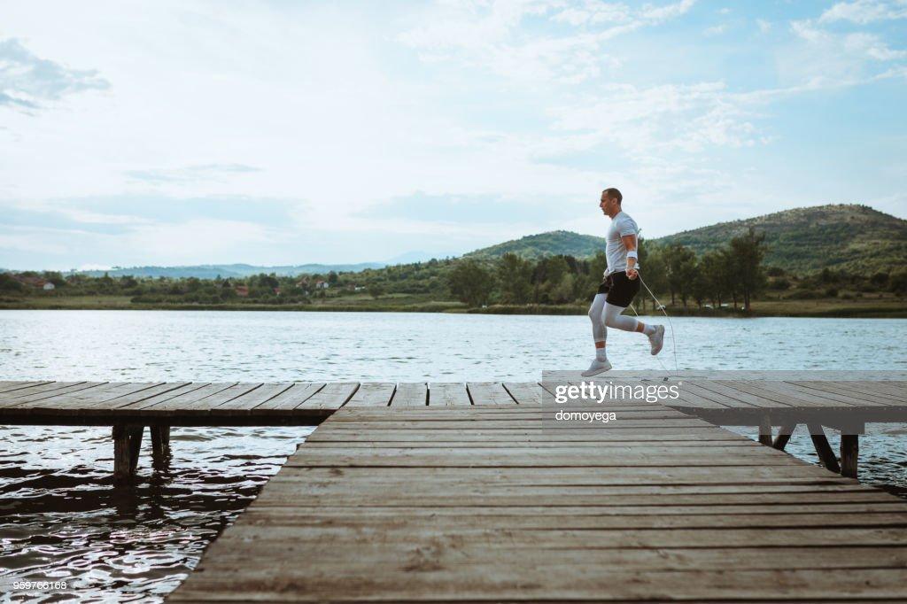 Sportler trainieren in der Nähe von Wasser im freien : Stock-Foto