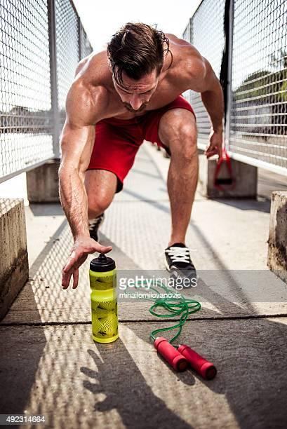 Atleta bere una bottiglia di acqua