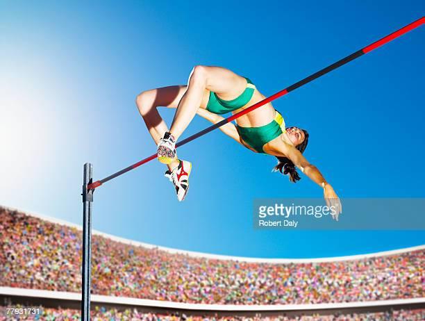 Athlète sautant dans une arène haut