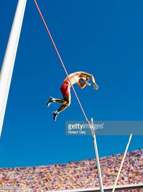 Athlet in der Luft, die pole vault