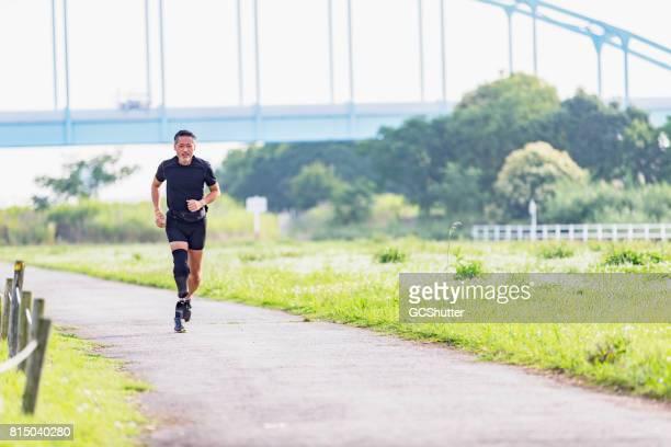 Atleet joggen met kracht een weg