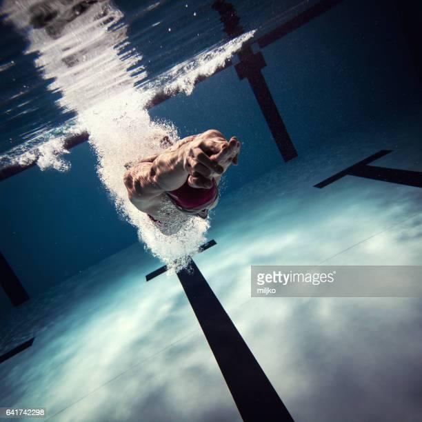 Int 水をジャンプ選手