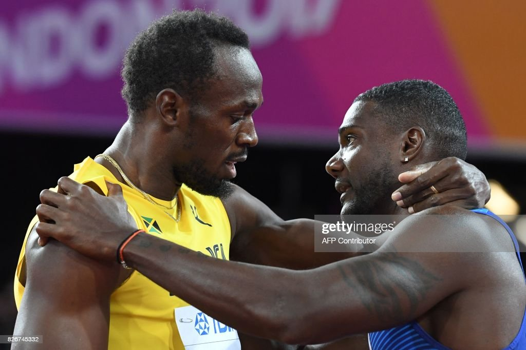 TOPSHOT - US athlete Justin Gatlin (R) embraces Jamaica's Usain Bolt after winning the final of the men's 100m athletics event at the 2017 IAAF World Championships at the London Stadium in London on August 5, 2017. / AFP PHOTO / Kirill KUDRYAVTSEV