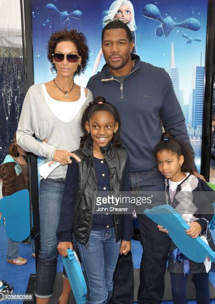 Athlete Michael Strahan Nicole Mitchell Murphy and kids arrive at the Los Angeles premiere of Monsters vs Aliens at the Gibson Amphitheatre on March...
