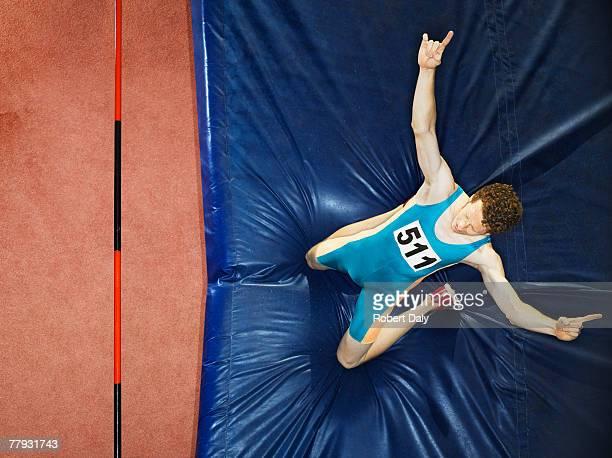 Athlète sur un tapis de sol après l'accident de saut