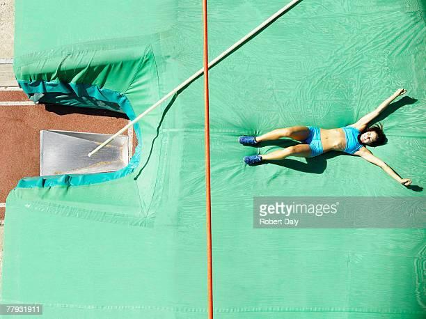 Athlet auf einem Unfall Matte nach pole vault