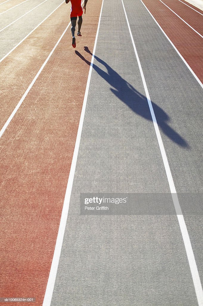 Athlete running on track, low section : Foto stock