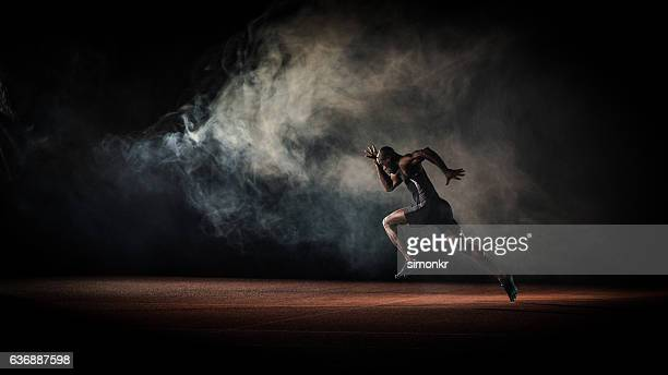 athlete running - training course stockfoto's en -beelden