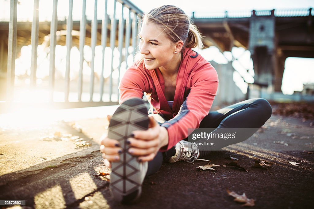 Sportler Dehnen am Wasser in Portland : Stock-Foto