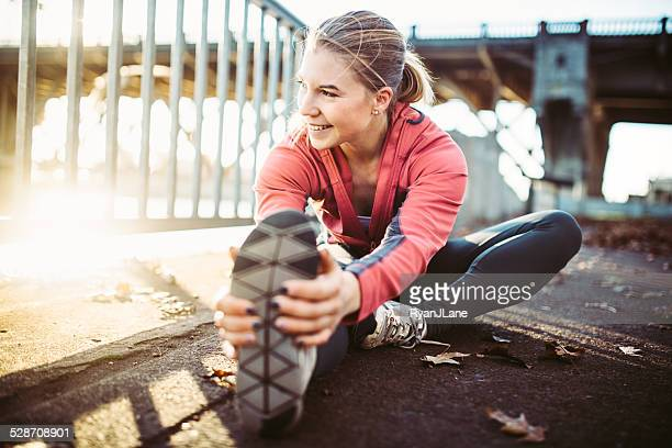 athlete stretching at portland waterfront - morgen stockfoto's en -beelden