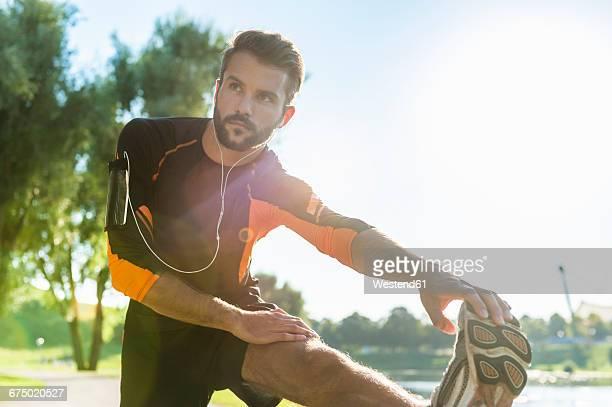 athlete stretching - aufwärmen stock-fotos und bilder