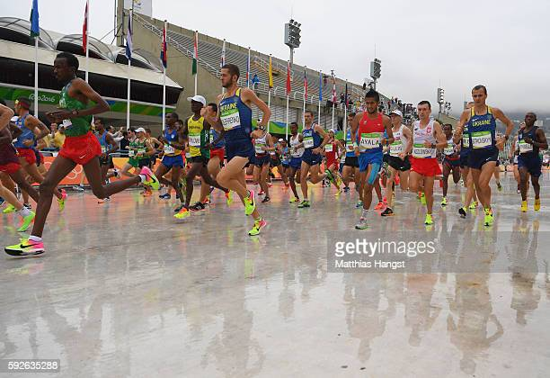 Athletes compete at the race start during the Men's Marathon on Day 16 of the Rio 2016 Olympic Games at Sambodromo on August 21 2016 in Rio de...