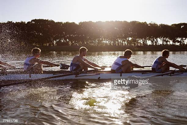 Athleten in einem crew row Boot midstroke
