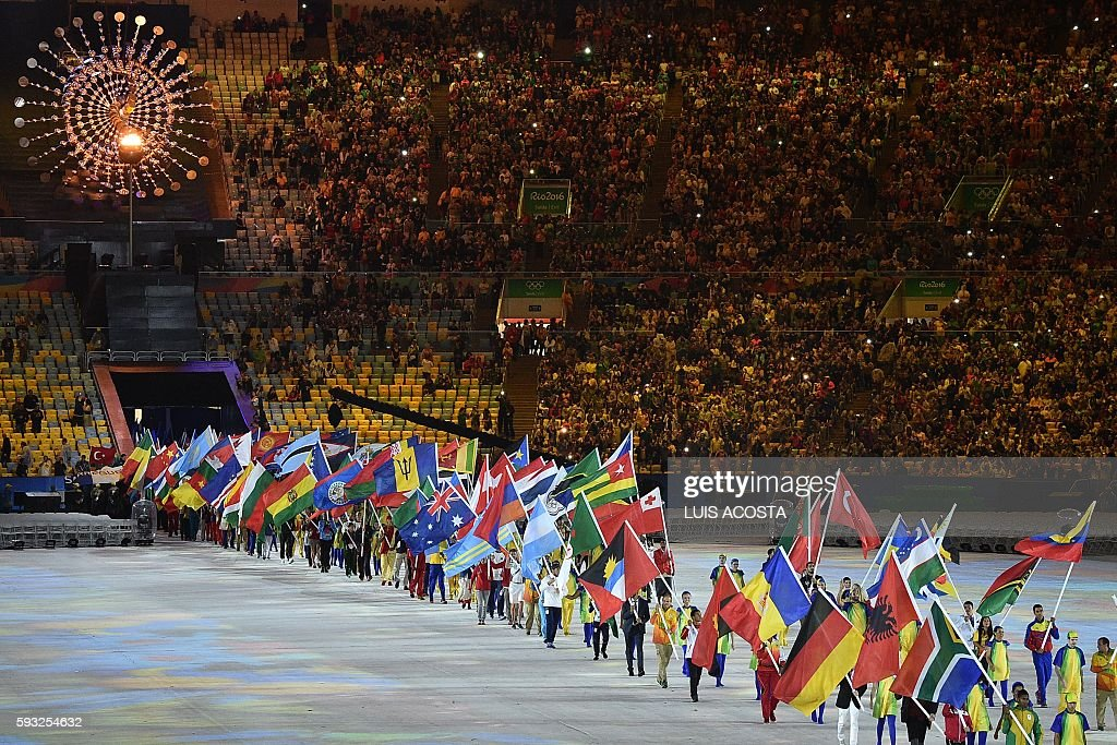 TOPSHOT - Athletes parade during the closing ceremony of the Rio 2016 Olympic Games at the Maracana stadium in Rio de Janeiro on August 21, 2016. / AFP / LUIS