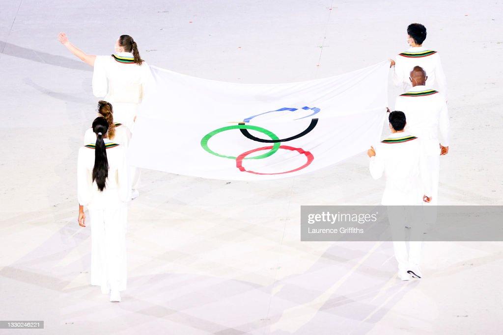 Paola Egonu, Paula Pareto, Kento Momota, Elena Galiabovitch, Cyrille Tchatchet II e Mehdi Essadiq portano la bandiera olimpica durante la cerimonia di apertura di Tokyo 2020