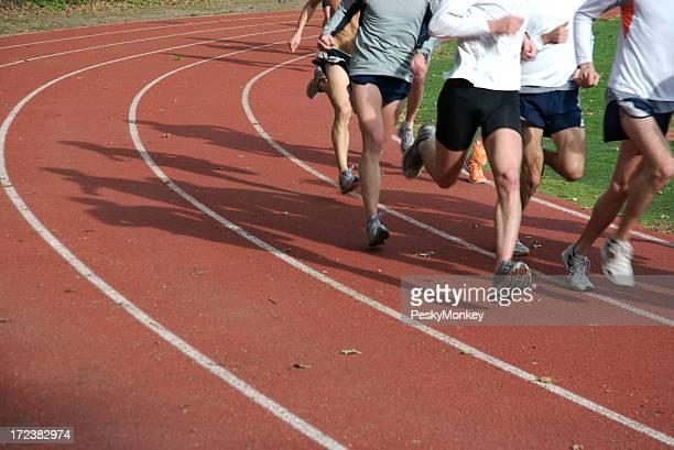 Athlètes de course sur piste de course rouge