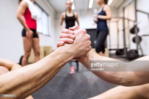 athletes shaking hands in gym - fair play sport foto e immagini stock