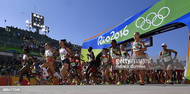 TOPSHOT Athletes take the start of the Women's Marathon during the athletics event at the Rio 2016 Olympic Games at Sambodromo in Rio de Janeiro on...