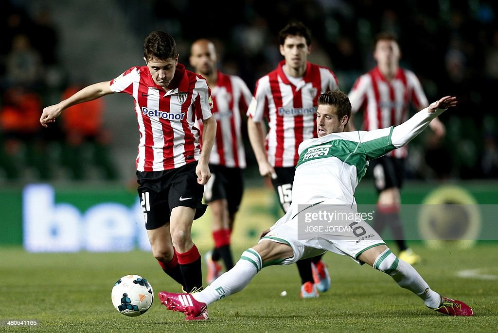 Athletic Bilbao's midfielder Ander Herrera (L) vies with Elche's midfielder Ruben Perez during the Spanish league football match Elche CF vs Athletic Club Bilbao at the Martinez Valero stadium in Elche on March 25, 2014.