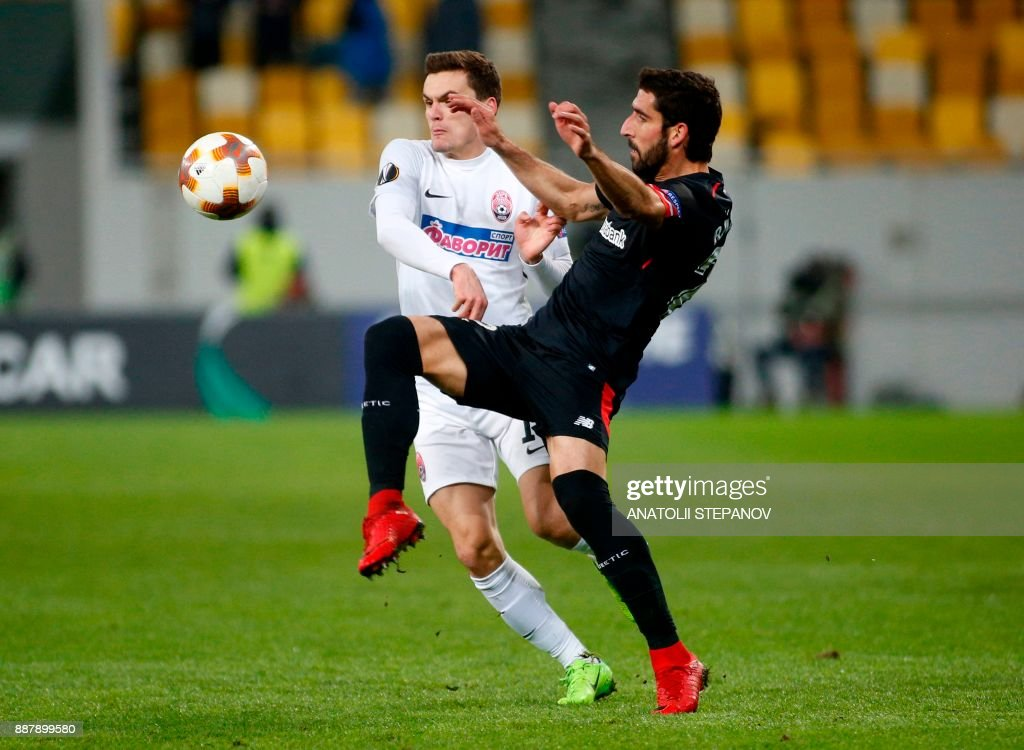 Athletic Bilbao's Raul Garcia (R) fights for the ball with Zorya's Oleksandr Andriyevskiy during the UEFA Europa League Group J football match between Zorya Luhansk and Athletic Bilbao in Lviv on December 7, 2017. /