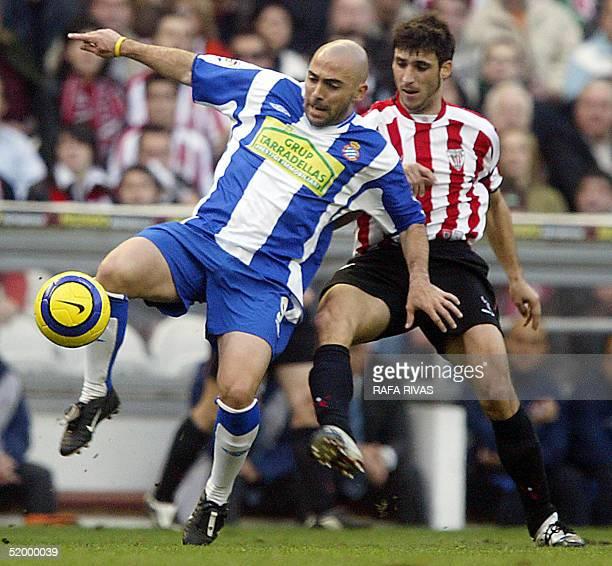 "Athletic Bilbao's Roberto Martinez ""Kiko"" viesfor the ball with Espanyol's Ivan de la Pena , 16 January 2005, during a Spanish league football match..."
