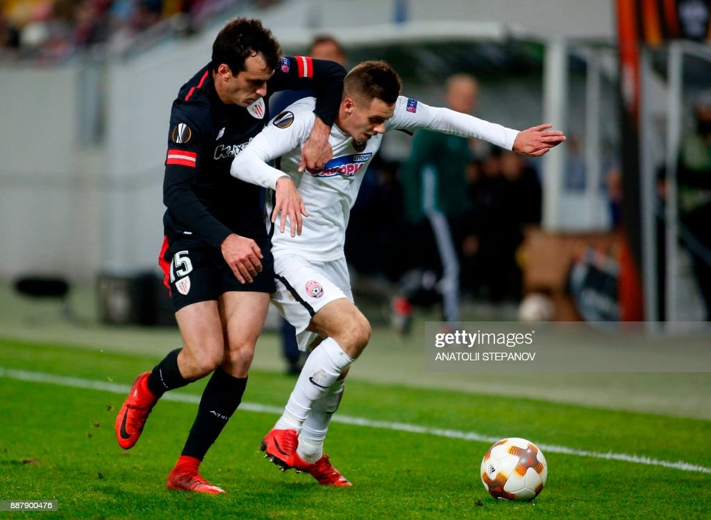 Athletic Bilbao's Yeray Alvarez (L) fights for the ball with Zorya's Artem Sukhotskiy during the UEFA Europa League Group J football match between Zorya Luhansk and Athletic Bilbao in Lviv on December 7, 2017. /
