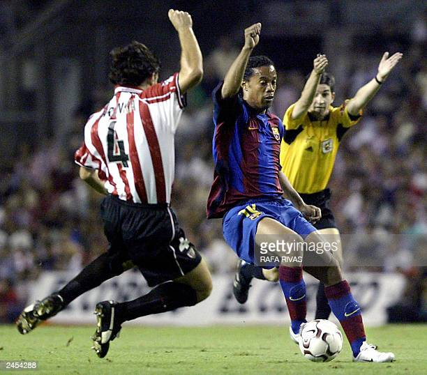 Athletic de Bilbao's Aitor Karanka vies with Barcelona's Ronaldinho de Assis Moreira 30 August 2003 during a Liga match in San Mames stadium in Bilbao