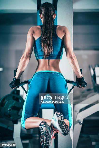 mujer atlética cross entrenamiento en gimnasio - culos fotografías e imágenes de stock