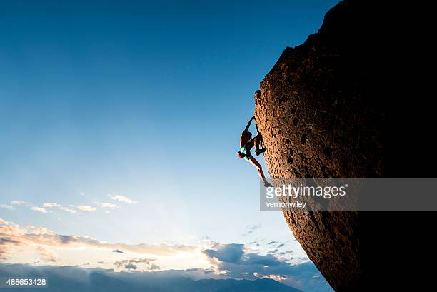 athletic female rock climber - sportkleding stock pictures, royalty-free photos & images