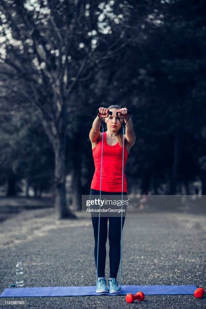 Fêmea atlética que trabalha para fora com corda no parque : Foto de stock