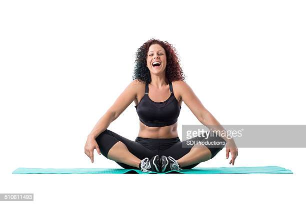 Athletic fitness instructor Lachen während yoga oder pilates-Training