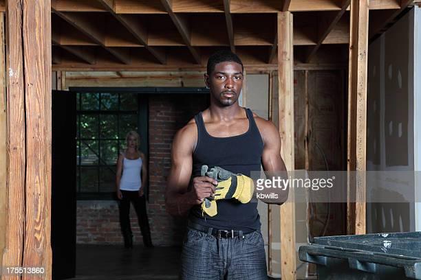 Sportlich schöne afrikanische amerikanische workman ist von den Hotelmitarbeitern beaufsichtigt europäischer Abstammung blonde