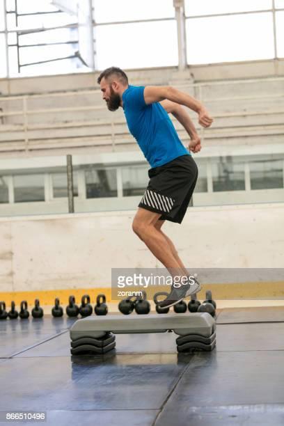 Homme sportif exerce sur les marche-pieds