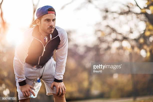 Sportlichen Mann mit einer atemberaubenden nach einem Training in der Natur.