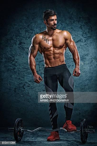 Sportlichen Mann mit Hanteln