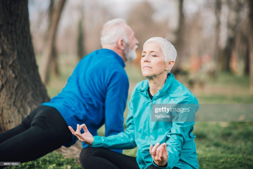 Athletische Älteres Paar beim Yoga im freien : Stock-Foto