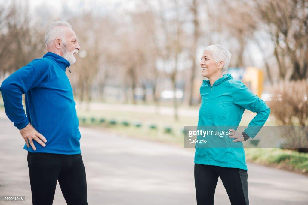 Athletische Älteres Paar Strecken im freien : Stock-Foto