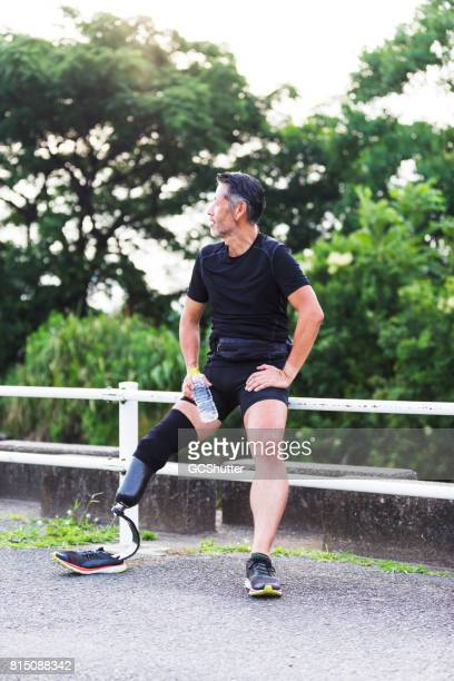 Atletische senior te wachten op zijn vrienden te blijven zijn ochtend joggen