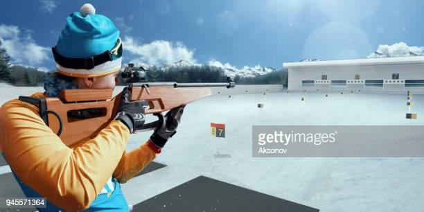 sportliche frau bei den biathlon-wettbewerben - damen biathlon stock-fotos und bilder