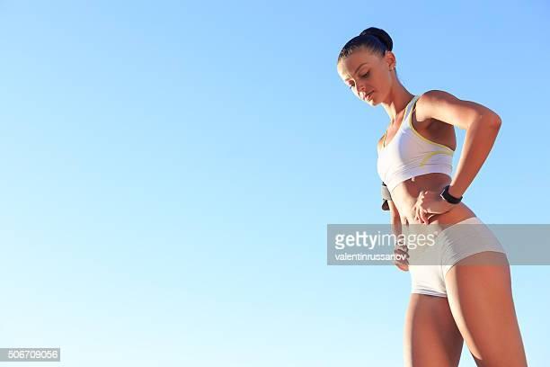 Femme pratiquant un sport sur la plage – vue du dessous