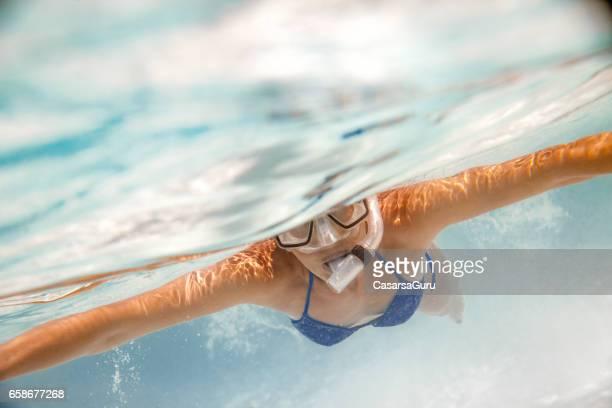 Sportliche Frau, die im tropischen Meer Schnorcheln