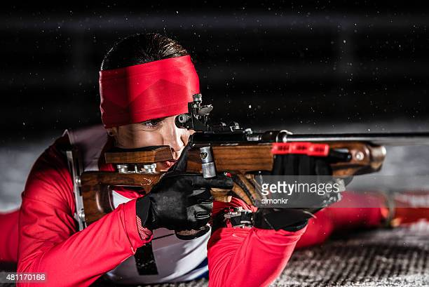 Mujer atlética con biatlón rifle